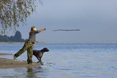 Gioco della ragazza con il cane immagine stock libera da diritti