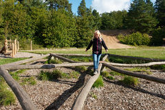 Gioco della ragazza in un campo da giuoco creativo in mezzo alla natura Fotografia Stock
