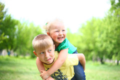 Gioco della sorella e del fratello Fotografia Stock