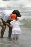 Gioco della spiaggia con il nonno Fotografie Stock Libere da Diritti