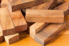 Gioco della torre del blocco di legno per i bambini immagini stock