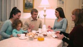 Gioco delle donne con il bambino alla tavola stock footage