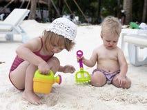 Gioco delle neonate con la sabbia Fotografia Stock