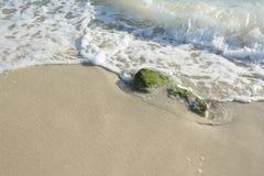 Gioco delle onde sulla pietra alla spiaggia Fotografie Stock Libere da Diritti