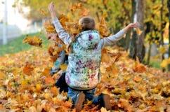 Gioco delle ragazze all'aperto nella stagione di autunno immagine stock