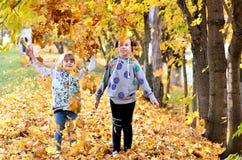 Gioco delle ragazze all'aperto nella stagione di autunno fotografie stock