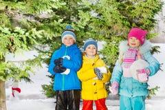 Gioco delle ragazze e dei ragazzini con neve Immagini Stock Libere da Diritti