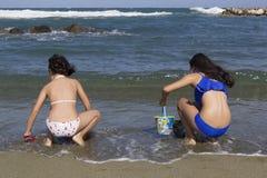 Gioco delle ragazze sulla spiaggia Fotografia Stock