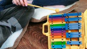 Gioco dello strumento di musica Il ` s della mamma e del figlio del primo piano passa il gioco sullo xilofono video d archivio