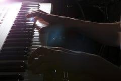 Gioco dello strumento musicale del piano del musicista del pianista Fotografia Stock Libera da Diritti
