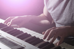 Gioco dello strumento musicale del piano del musicista del pianista Immagini Stock
