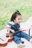 Gioco di 2 anni della neonata sveglia sulla coperta di picnic Fotografia Stock Libera da Diritti