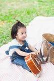 Gioco di 2 anni della neonata sveglia sulla coperta di picnic Fotografie Stock Libere da Diritti
