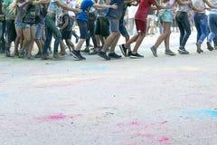 Gioco di bambini al festival dei colori fotografia stock