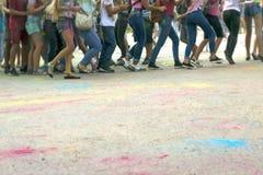 Gioco di bambini al festival dei colori immagine stock libera da diritti