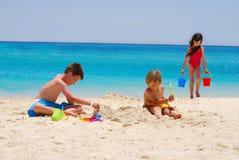 Gioco di bambini alla spiaggia dell'isola Fotografia Stock Libera da Diritti