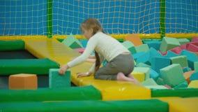 Gioco di bambini con i cubi molli video d archivio