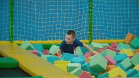 Gioco di bambini con i cubi molli stock footage