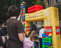 Gioco di bambini con i mattoni di Lego a Milano, Italia Immagine Stock Libera da Diritti