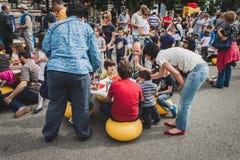 Gioco di bambini con i mattoni di Lego a Milano, Italia Fotografia Stock