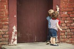 Gioco di bambini con il citofono immagini stock libere da diritti