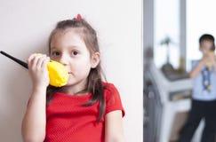 Gioco di bambini con il walkie-talkie fotografie stock libere da diritti