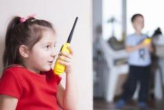 Gioco di bambini con il walkie-talkie immagine stock libera da diritti