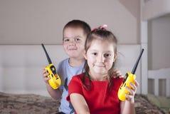 Gioco di bambini con il walkie-talkie fotografia stock libera da diritti
