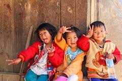 Gioco di bambini della tribù della collina a Sta agricolo reale Immagine Stock