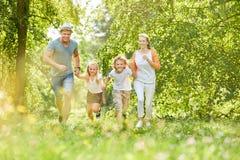 Gioco di bambini e della famiglia insieme Fotografie Stock Libere da Diritti