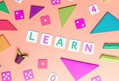 Gioco di bambini ed imparare con il lat piano di vista superiore dei giocattoli sul rosa immagine stock