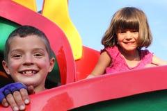Gioco di bambini nel campo da giuoco Fotografia Stock Libera da Diritti
