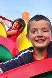 Gioco di bambini nel campo da giuoco Fotografie Stock