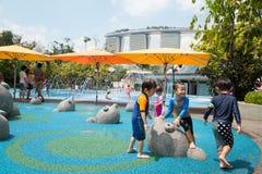 Gioco di bambini nel campo giochi a Singapore Immagine Stock