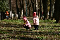 Gioco di bambini nel parco della città fotografia stock libera da diritti