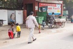 Gioco di bambini nel primo mattino fotografia stock libera da diritti