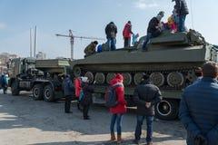 Gioco di bambini sul veicolo blindato russo moderno Fotografia Stock
