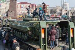 Gioco di bambini sul veicolo blindato russo moderno Immagini Stock