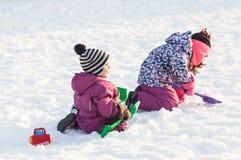 Gioco di bambini sulla neve Immagini Stock Libere da Diritti