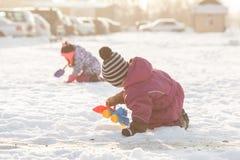 Gioco di bambini sulla neve Fotografia Stock Libera da Diritti