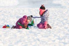 Gioco di bambini sulla neve Immagine Stock Libera da Diritti