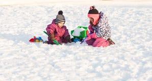 Gioco di bambini sulla neve Immagine Stock