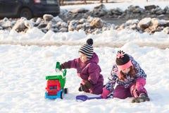 Gioco di bambini sulla neve Immagini Stock