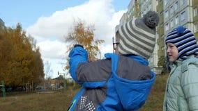 Gioco di bambini sulla via stock footage