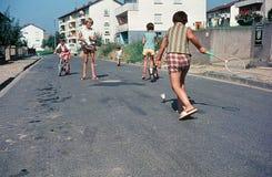 Gioco di bambini sulla via Nel della metà del 1960 s, in una cittadina in Germania del sud fotografia stock