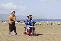 Gioco di bambini tibetano vicino al lago qinghai, Cina Fotografia Stock Libera da Diritti