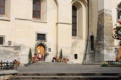 Gioco di bambini vicino al banco cattolico Immagine Stock Libera da Diritti