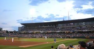 Gioco di baseball in stadio, colpo di punto di vista della folla POV video d archivio