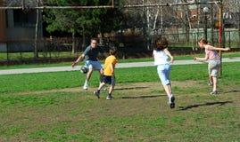 Gioco di calcio della famiglia Fotografie Stock Libere da Diritti