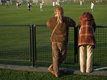 Gioco di calcio di sorveglianza delle coppie fotografie stock libere da diritti